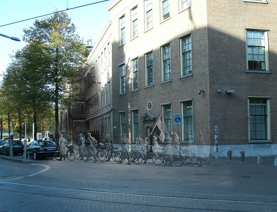 """""""Los soldados alemanes caminando de regreso a Alemania después de su rendición, a pie pasado un hombre con una bandera holandesa. La Haya, mayo de 1945 """"."""