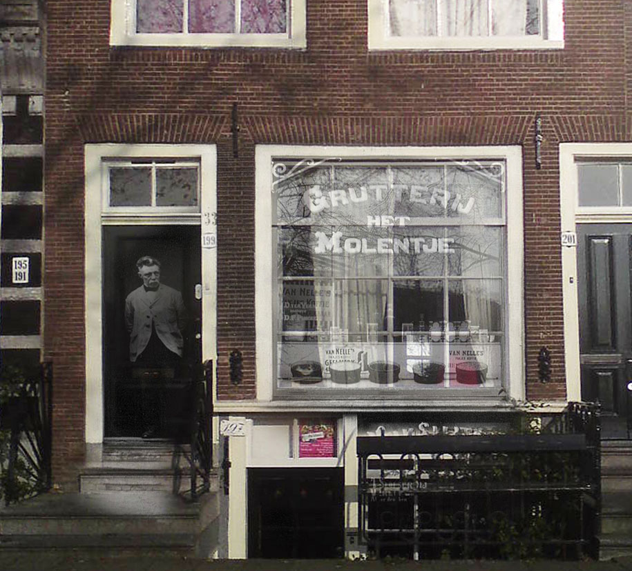 """""""Comerciante de pie frente a su tienda."""""""