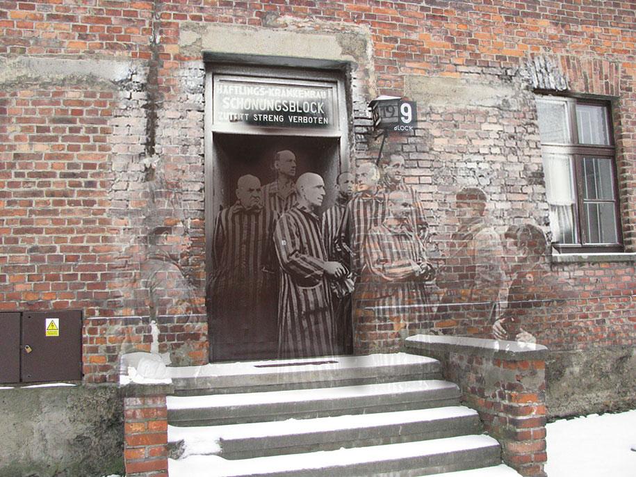 """""""Auschwitz I 27 de enero de 1945. Soldados rusos con prisioneros del Bloque 19, el fortín de cuarentena en la sección médica del campamento """"."""